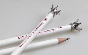 Lápices naturales lacados en blanco, con corona y estampado de aluminio